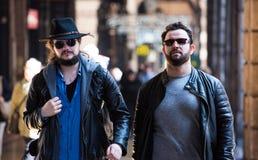 Zwei Freunde gehen durch die Straßen in einem beschäftigten Bereich stockfotografie