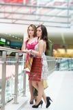 Zwei Freunde mit Käufen Stockfoto