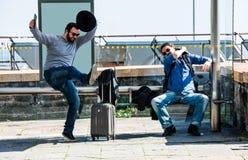 Zwei Freunde werden wegen der Busverzögerung wütend Lizenzfreie Stockfotos