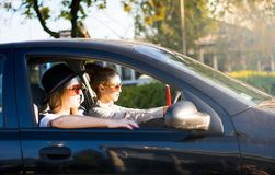 Zwei Freundinnen auf einer Autoreise mit dem Auto Stockfotos