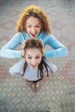 Zwei Freundinnen auf Sommerferien Lizenzfreie Stockfotos