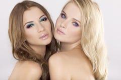 Zwei Freundinnen - blond und Brunette Stockfoto