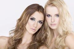 Zwei Freundinnen - blond und Brunette Lizenzfreies Stockbild