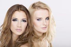 Zwei Freundinnen - blond und Brunette Stockbilder