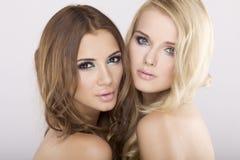 Zwei Freundinnen - blond und Brunette Stockfotos
