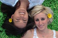 Zwei Freundinnen, die auf dem g liegen Stockbild