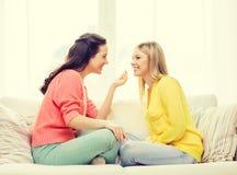 Zwei Freundinnen, die ein Gespräch zu Hause haben Lizenzfreie Stockbilder
