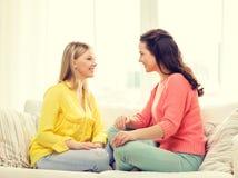 Zwei Freundinnen, die ein Gespräch zu Hause haben Stockbilder