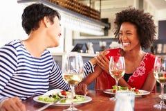 Zwei Freundinnen, die an einem Restaurant essen lizenzfreie stockfotos