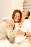 Zwei Freundinnen, die loud lachen Stockfotos