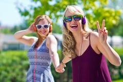 Zwei Freundinnen, die Spaß haben stockfoto