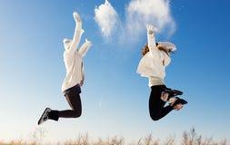 Zwei Freundinnen haben Spaß und genießen frischen Schnee Stockfotos