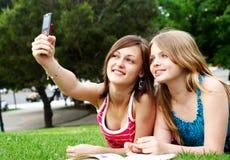 Zwei Freundinnen im Park Stockbild