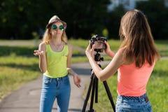 Zwei Freundinnen Sommer in der Natur Sie übertrugen im Internet Konzepte des Interviews Rekord-vlog und Blog Stockfotos