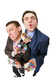 Zwei freundliche Geschäftsmänner, die DVDs auf Verkauf anbieten Lizenzfreie Stockfotos
