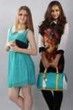 Zwei Freundschulmädchen oder -studenten Stockfotos