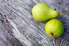 Zwei frische grüne Birnen Lizenzfreies Stockfoto