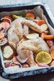 Zwei frische Hühnerflügel bereit zum Kochen Stockfotos