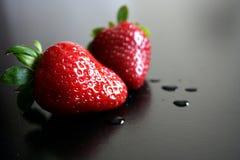 Zwei frische nasse Erdbeeren Stockfoto