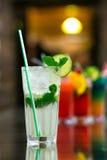 Zwei frisches mojitos Cocktail auf hölzernem Hintergrund Mojitos mit tadellosen Blättern, Kalk und Eis lizenzfreies stockfoto