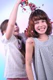 Zwei frohe Kinder, die Spaß spielen und haben Stockbild