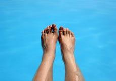 Zwei Fuß in einem Pool Stockbild