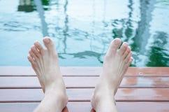 Zwei Fuß entspannend stockfotografie