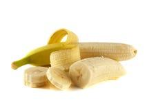 Zwei geöffnete Bananen mit den Scheiben lokalisiert auf Weiß Lizenzfreie Stockfotos