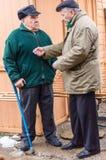 Zwei gealterte Männer besprechen sich in der Straße stockbilder