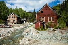 Zwei Gebäude Stellung und man stürzten durch Fluss im alten Verzicht ein Stockfotografie