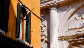 Zwei Gebäude und Arten Venician-Architektur Lizenzfreie Stockfotografie