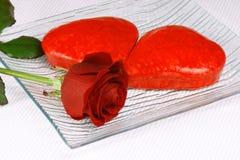 Zwei geformte Kuchen des Rotes Inneres und eine Rose Lizenzfreie Stockfotografie