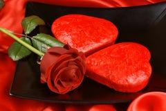 Zwei geformte Kuchen des Rotes Inneres und eine Rose Lizenzfreie Stockfotos