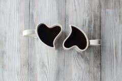 Zwei geformte Schalen des Herzens mit Kaffee Lizenzfreie Stockfotografie