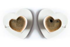 Zwei geformte Schalen des Herzens schwarzer Kaffee Lizenzfreie Stockfotografie