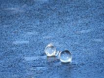 Zwei gefrorene Blasen auf der Wasseroberfläche lizenzfreie stockbilder