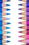 Zwei gegenüberliegende Reihen mit bunten Zeichenstiften Stockbilder