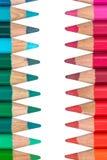 Zwei gegenüberliegende Reihen mit bunten Zeichenstiften Stockfotos