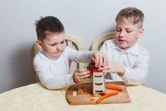 Zwei gekochte Karotten der Jungen Mumm stockfotos