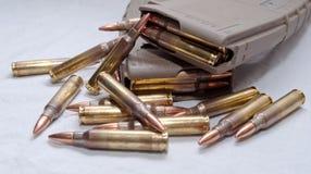 Zwei geladen 223 Gewehrzeitschriften mit den Kugeln, die um sie legen Lizenzfreies Stockbild