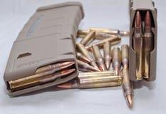 Zwei geladen 223 Gewehrzeitschriften mit den Kugeln, die um sie legen Stockfotos
