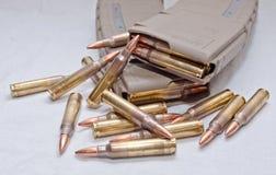 Zwei geladen 223 Gewehrzeitschriften mit den Kugeln, die um sie legen Stockbilder