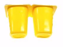 Zwei gelbe Joghurt-Behälter Stockfoto
