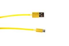 Zwei gelbe Verbindungsstücke von Mikro-USB verkabeln auf Weiß lokalisiertem Hintergrund Horizontaler Rahmen Stockfotos