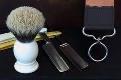 Zwei gerade Rasiermesser-, Bürsten- und Streichriemenzusammensetzung Stockfoto