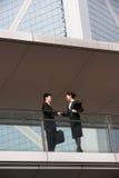 Zwei Geschäfts-Kollegen, die Hände rütteln Stockbild