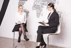 Zwei Geschäftsfrau auf einem weißen Hintergrund Lizenzfreie Stockfotografie