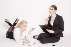 Zwei Geschäftsfrau auf einem weißen Hintergrund Lizenzfreie Stockfotos