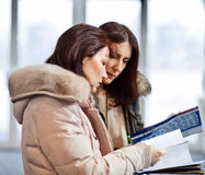 Zwei Geschäftsfrau im Ausstellungsraum lizenzfreie stockfotos
