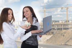 Zwei Geschäftsfrau macht Grundbesitz bekannt stockfotos